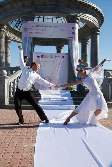 Благовещенск стал местом проведения свадебного фестиваля с голубями
