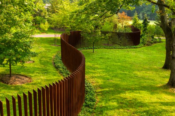 Преодолевая барьеры: заборы в ландшафтном дизайне
